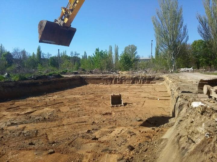 Демонтаж не жилых строений и раскопка котлованов под казармы (Черноморское, Одесская область)